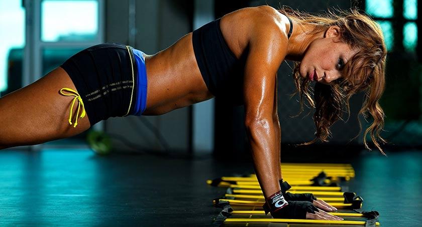 mulher a praticar exercício