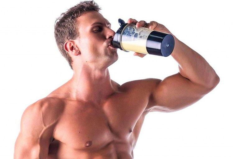 homem a beber batido de proteina