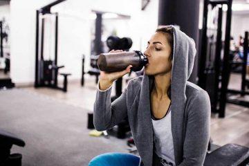 mulher a tomar batido de proteína