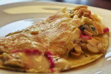 Omeleta de queijo e cogumelos